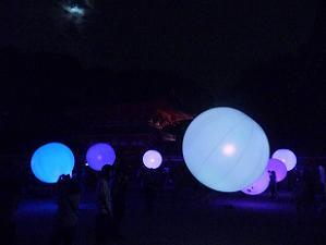 空中に浮かぶ球体