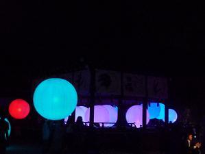青色と紫色の球体