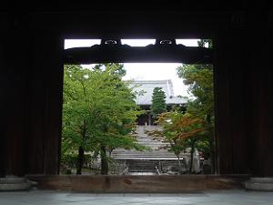 山門奥の御影堂