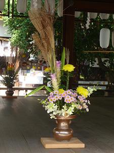 拝殿の活花