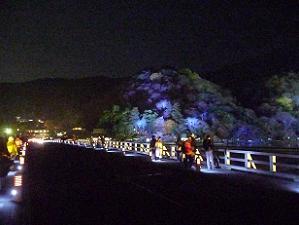 ライトアップされた嵐山