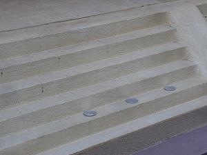 階段に置かれた小銭