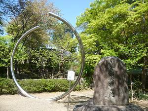 小倉庵発祥之地の石碑と新緑