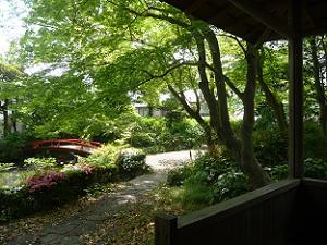 東屋から見る庭園