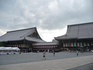 御影堂(左)と阿弥陀堂(右)