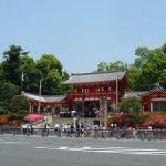 初夏の八坂神社参拝。西楼門前で咲くサツキ・2017年
