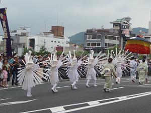翼を広げる鷺踊