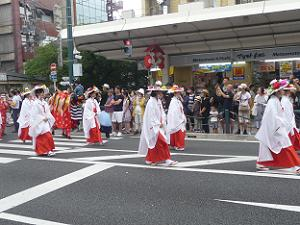 笠を被った女性の列