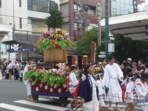 花いっぱいの神輿