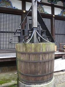 割拝殿の裏に置かれた樽