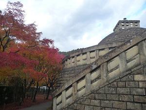 仏舎利塔と紅葉
