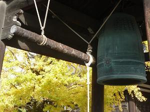 梵鐘とイチョウ