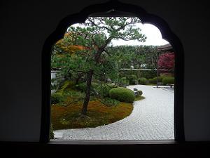 花頭窓から見る方丈前庭