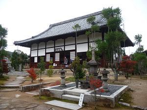 茶筅塚と本堂とドウダンツツジ