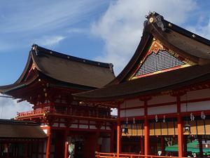 楼門(左)と外拝殿(右)