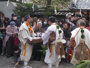 参拝者にも豆と餅が撒かれる