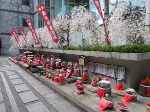 地蔵菩薩と枝垂れ桜