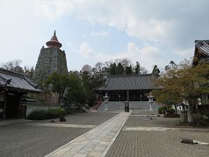 仏舎利塔(左)と本堂(右)