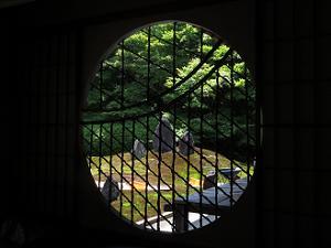 円窓から見る波心庭