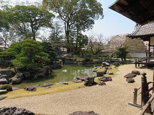 左に亀島、右に賀茂の三石