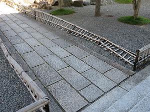 台風で倒れた竹垣