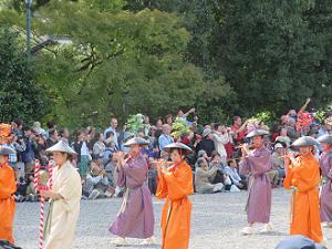 笛を吹く婦人の列