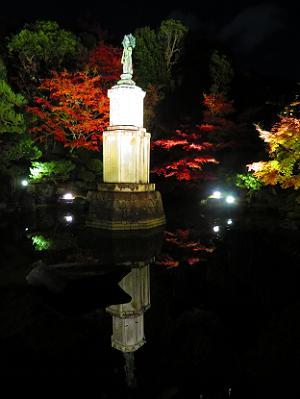 聖観世音菩薩像と紅葉