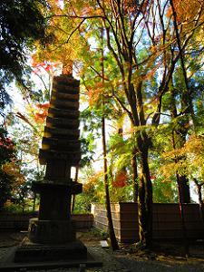 多層石塔と紅葉