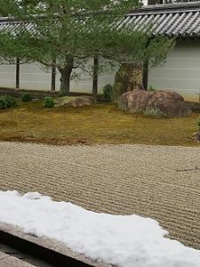 雪と白砂と石