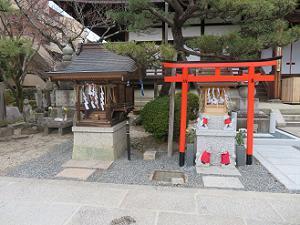 山王権現社(左)と浄花稲荷社(右)