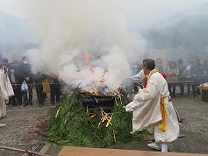 火の中に入れられる木札