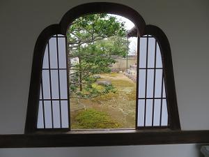 花頭窓から見る庭園