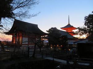 夕暮れ時に見る三重塔