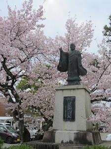 日蓮聖人と満開の桜