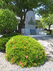 覚信尼公の石碑とサツキ