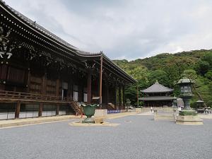 御影堂(左)と経蔵(奥)