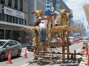 前祭の鉾建て