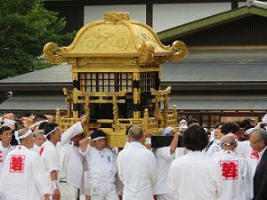 ゆっくりと進む東御座の神輿