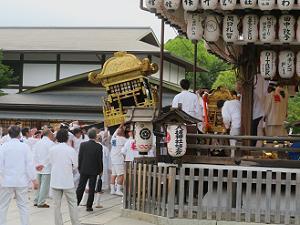舞殿に入る東御座の神輿