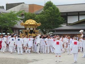 西御座の神輿を担ぐ人たち