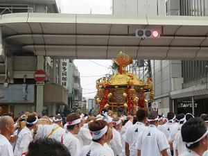 寺町通を南下する中御座の神輿