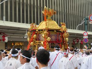 四条通に据えられる中御座の神輿