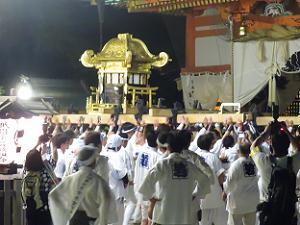 本殿前の中御座の神輿