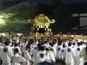 中御座の神輿を持ち上げる