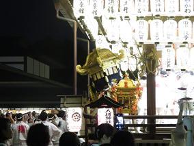 舞殿に入る中御座の神輿