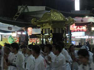 八坂神社へ戻る中御座の神輿