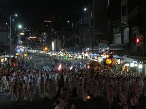西楼門前から見る神輿の行列