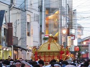 休憩する東御座の神輿