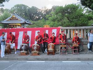 歩道での京都よかろう太鼓の演奏