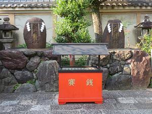 財布塚(左)と名刺塚(右)